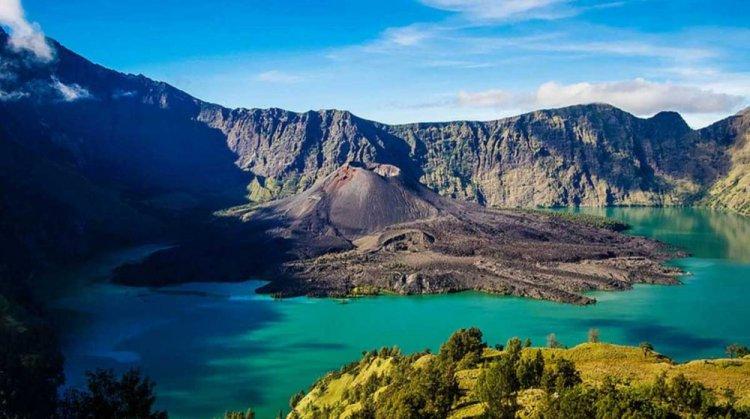 الجبل لحديقة واسعة تُسمى حديقة جبل رينجاني الوطنية في جزيرة