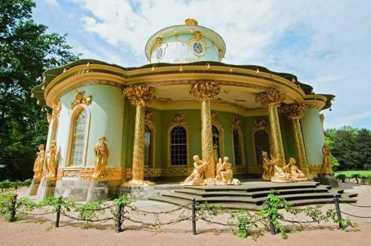 القبة البيضاء ذات التصميم الباروكي في قصر سانسوسي