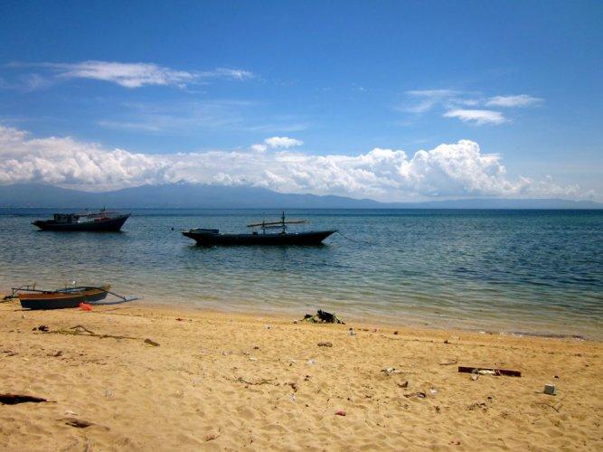 شاطئ جزيرة بوناكين في إندونيسيا