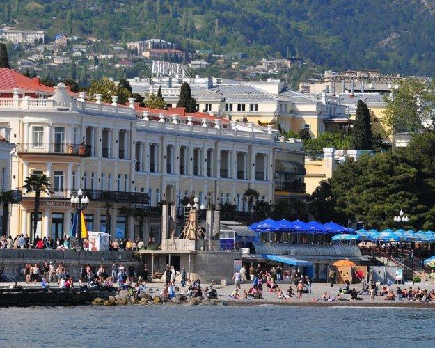 جمال الشواطئ والمباني في مدينة يالطا
