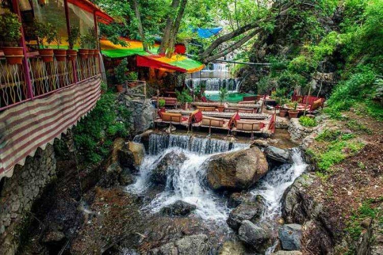 المياه تتخلل الصخور في متنزه جمشيدية بطهران