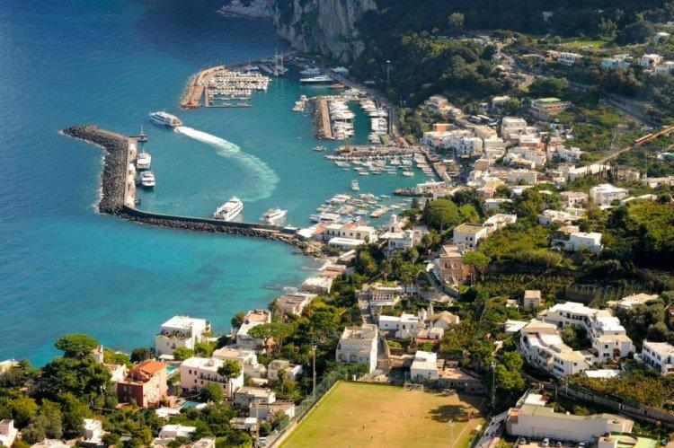 شاطئ جزيرة كابري في إيطاليا