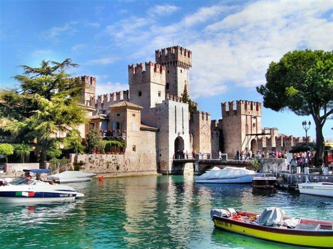 قلعة سيرموني في إيطاليا