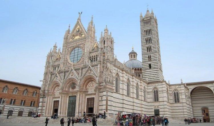 كاتدرائية سانتا ماريا أسونتا في مدينة سيينا الإيطالية
