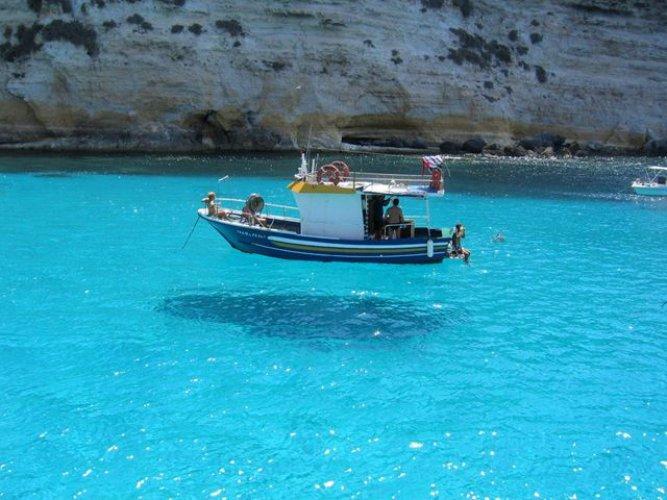 المياه الفيروزية الشفافة في جزيرة لامبيدوزا