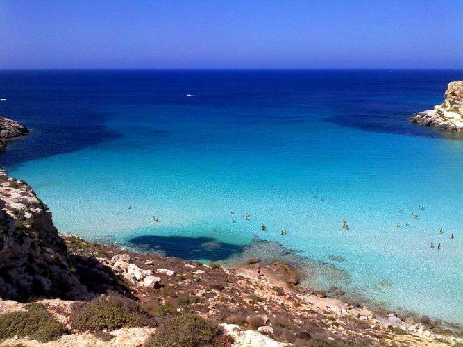 إقبال السياح في فصل الصيف إلى جزيرة لامبيدوزا