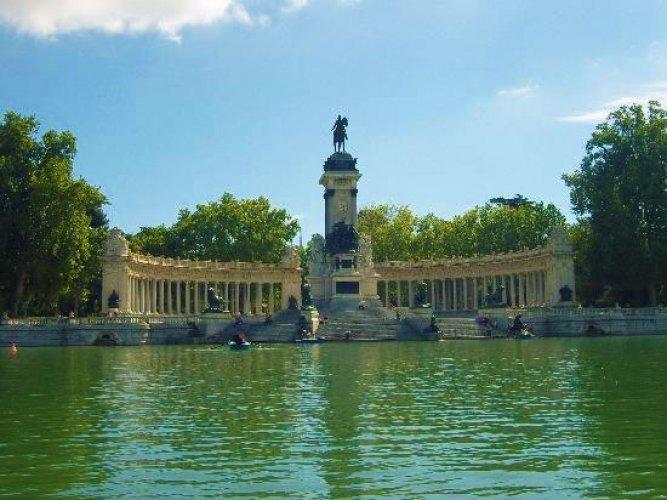 التماثيل و نوافير المياه والقصور والأشجار في حديقة ريتيرو