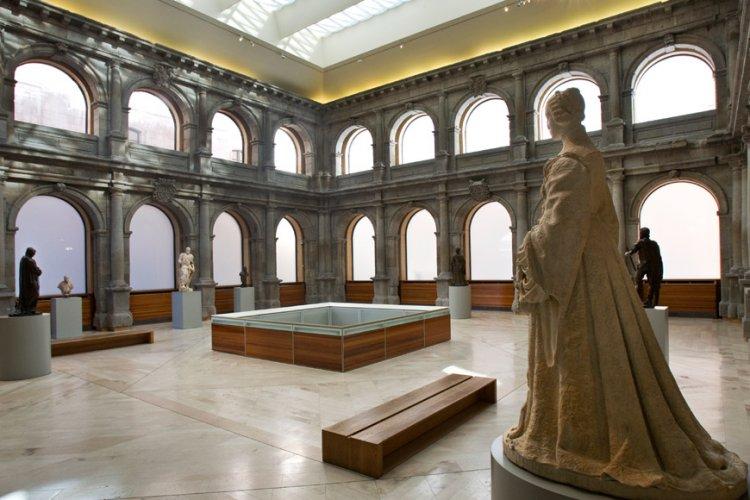 اعمال من داخل متحف ديل برادو في اسبانيا