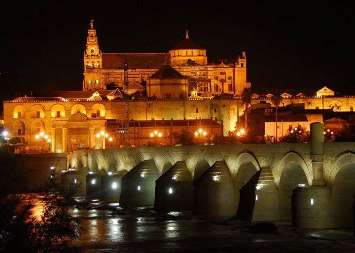 مسجد قرطبة بين نهر الوادي الكبير والجسر الروماني