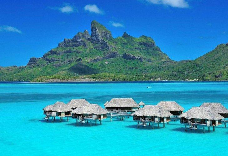 أكواخ جزيرة تاهيتي