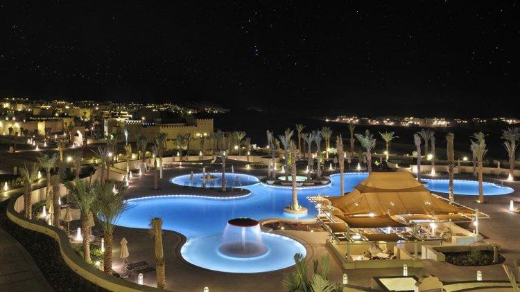 قصر السراب في أبوظبي في الليل