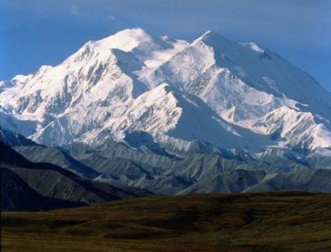 جبل دينالي مغطى تماما بالثلوج والكثير من الانهار الجليدية