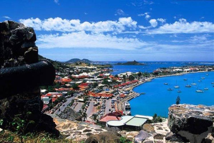 زرقة المياه وصفاء السماء في جزيرة سانت مارتن