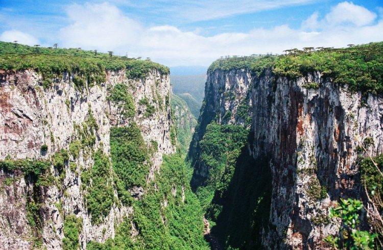 حديقة ابارادوس دا سيرا الوطنية واحدة من احد الاخاديد الخلابة والرائعة بالبرازيل