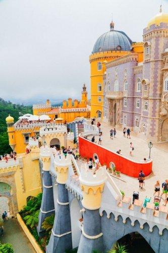 المباني الملونة والاشكال الزخرفية في سينترا لشبونة