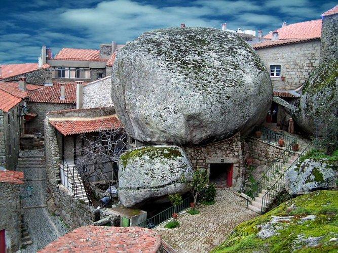 المنازل في قرية مونسانتو في البرتغال