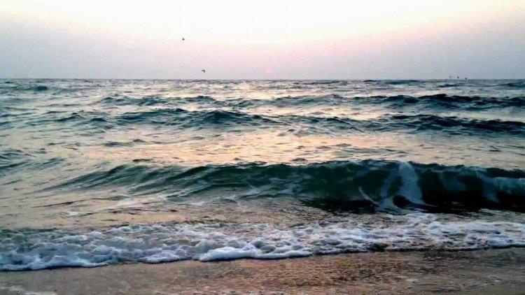 شاطئ نصف القمر في الخبر