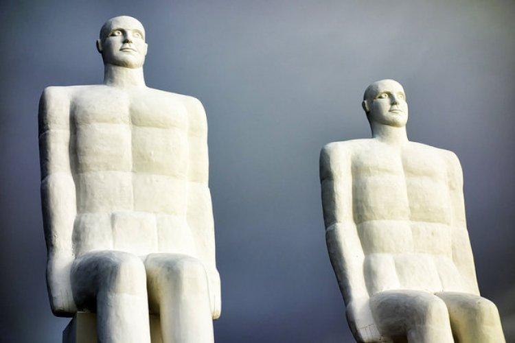 تمثال man meets the sea في ايسبيرغ