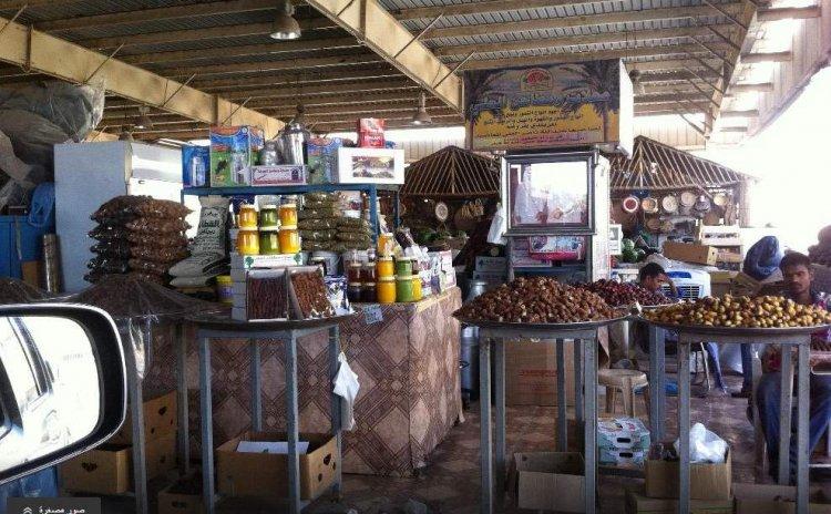 التوابل والأعشاب والفواكه والأسماك المجففة في السوق العماني