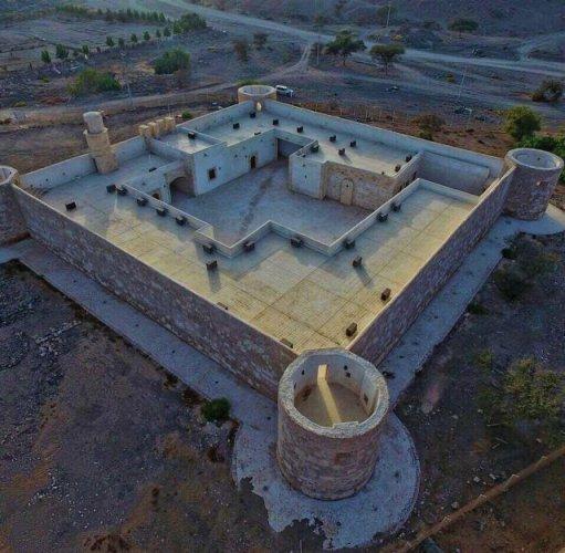 مجموعة من الحجرات تحيط بفناء قلعة الزريب