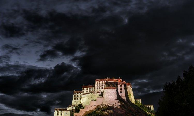 الغيوم فوق قصر بوتالا