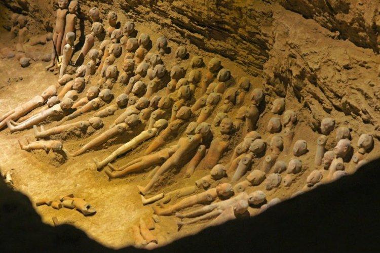 التماثيل الفخارية في مقبرة هاينانغ الصين