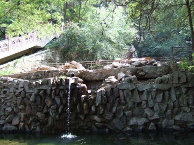 الغابات الخضراء والمعابد القديمة وسط المشاهد الطبيعية الخلابة في حديقة جبل الينابيع الخمسة