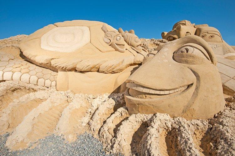 شخصيات ديزني لاند الكرتونية في متحف الرمال