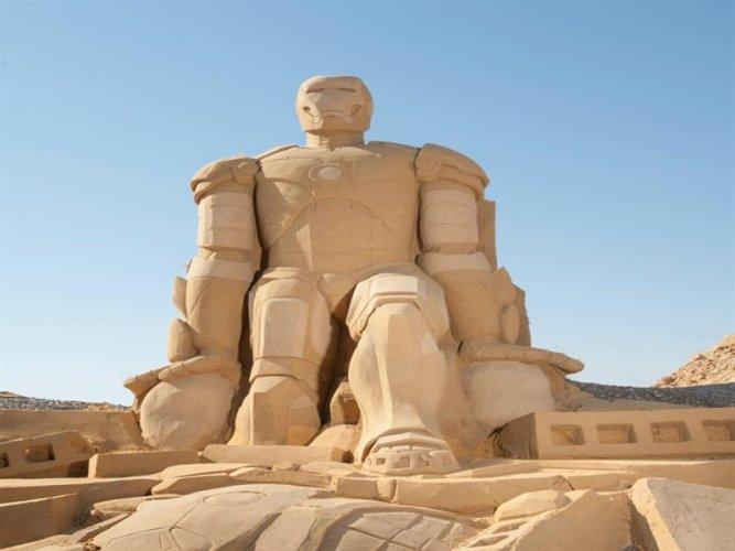 تمثال الرجل الحديدي في متحف الرمال