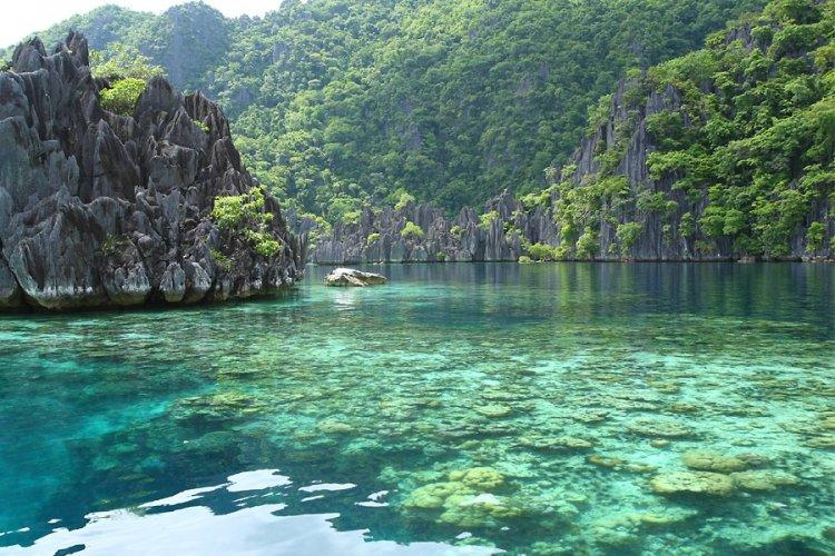 المياه الفيروزية وسط الجبال في جزيرة بالاوان