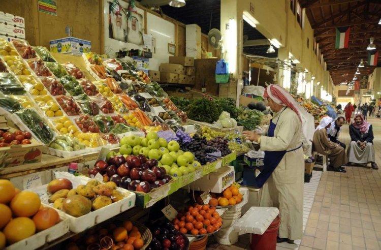 الفواكه والخضروات والمأكولات المختلفة في سوق المباركية