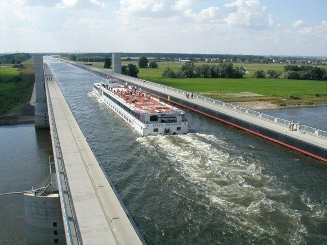 سفينة تعبر جسر ماجديبورغ ألمانيا