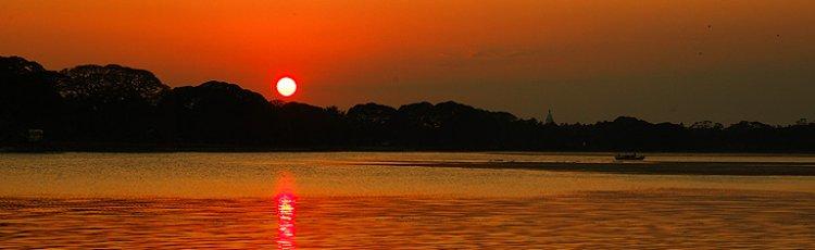 مشهد الغروب في مستنقع موثوراجاويلا في سيرلانكا