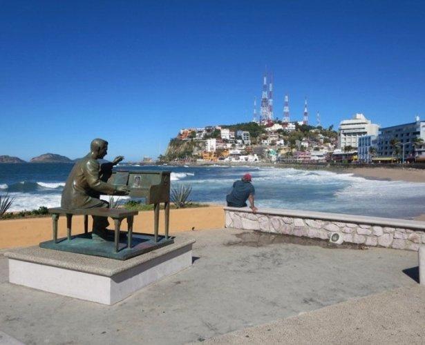 شاطئ أولاس أطلس في مدينة مازاتلان بالمكسيك