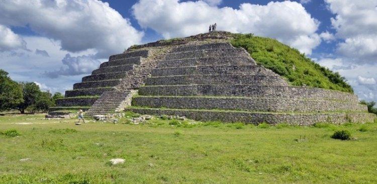 هرم كينيش كاكمو في مدينة إسامال المكسيكية