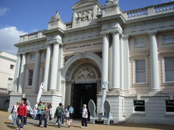 السياح في المتحف البحري الوطني