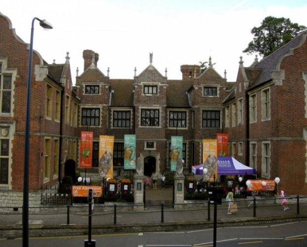 متحف ميدستون ومعرض الفنون في مدينة ميدستون جنوب إنجلترا