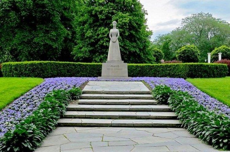 احدي تماثيل حديقة القصر الملكي