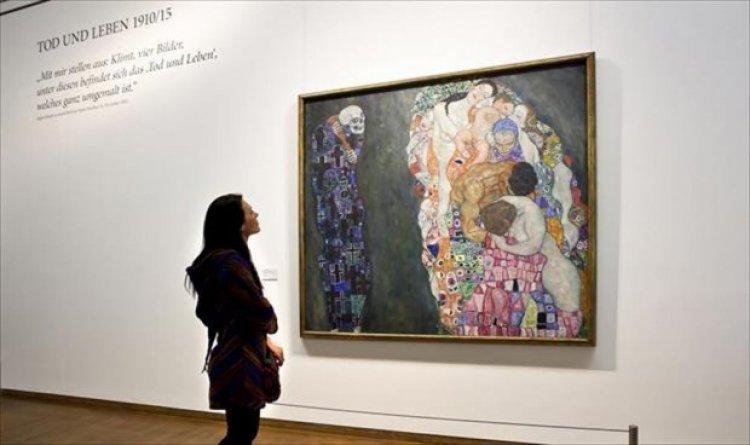 احد اعمال الفنان جوستاف كيلمت معلقة علي جدران المتحف