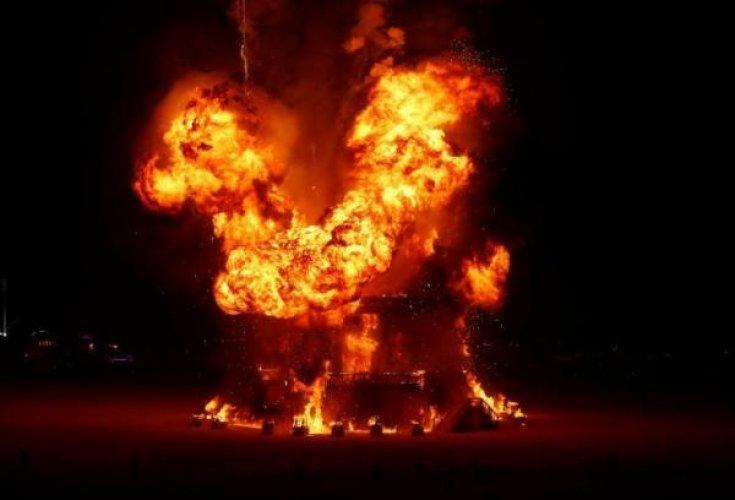 حرق تمثال رجل النار