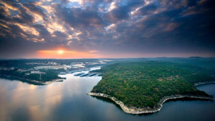 بحيرة ترافيس في وسط ولاية تكساس الأمريكية