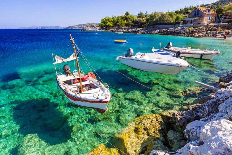 القوارب في مياه جزيرة زاكينثوس