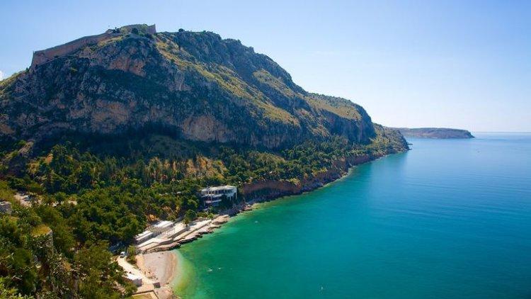 مدينة نافبليو على خليج سارونيك في اليونان