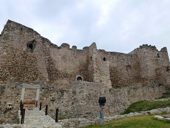 قلعة القرون الوسطى في مدينة باترس اليونانية