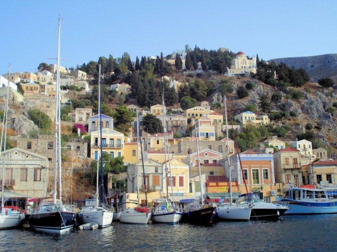 ميناء نيمبوريوس في جزيرة سيمي في اليونان