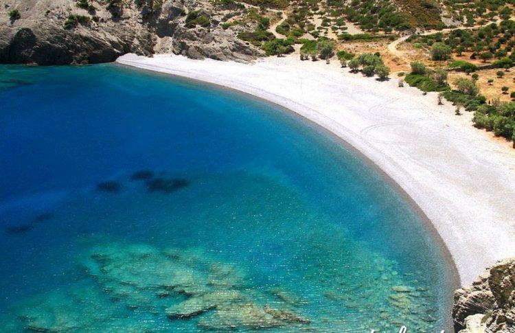 صفاء الطبيعة وسط زرقة المياه الفيروزية في كارباتوس باليونان