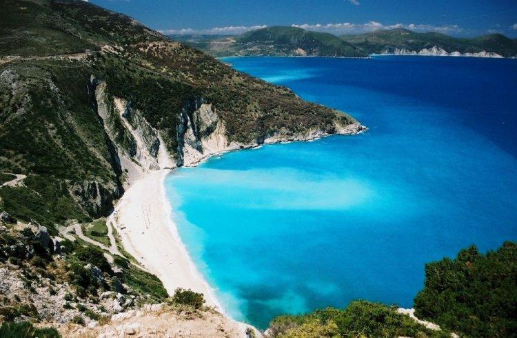 الرمال الذهبية والمياه الواضحة في كارباتوس باليونان