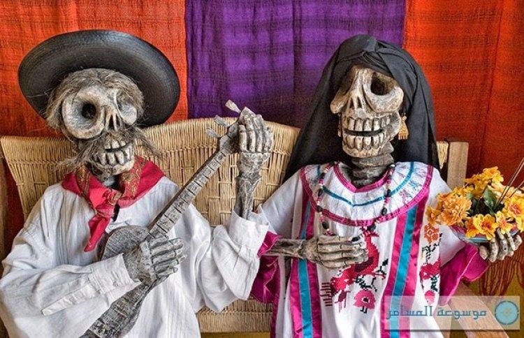 جماجم وهياكل مزينة في شوارع المكسيك