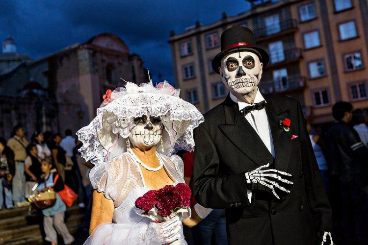 تزيين الجماجم خلال الاحتفال بمهرجان يوم الموت