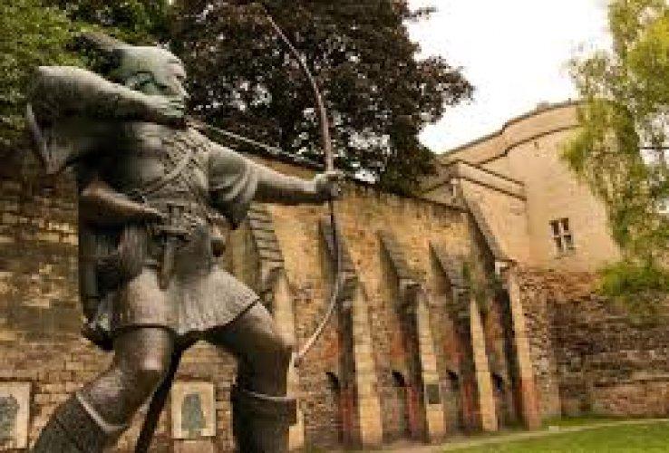 قلعة نوتنجهام حيث تحتوي علي تمثال روبن هود